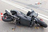 Tragická nehoda na Liberecku: Motorkář vletěl do značky a zemřel
