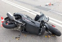 Motorkář doplatil na hazardní jízdu v obci: Zemřel po nárazu do betonového mostu