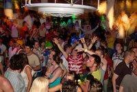 """Party ostrov brojí proti tajným zakázaným večírkům. Policie lanaří """"do zbraně"""" cizince"""