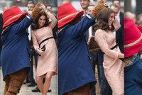 Těhotná Kate Middleton se rozjuchala: S bříškem proháněla obřího maskota