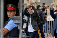 Madrid dal zatknout dva lídry katalánských separatistů. Lidé se bouří