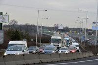 Kolony na Pražském okruhu: Nehoda uzavřela Komořanský tunel ve směru na D5, žena se zranila