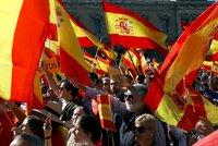 Lidé v Madridu vyšli do ulic. Katalánského premiéra posílají do vězení