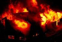 Sedm spících dětí (†5 až †13) uhořelo při požáru, vzplál rodinný dům