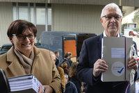 """""""Chci vyhrát. A spojovat Česko."""" Drahoš s manželkou odnesli na vnitro podpisy"""