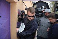 Dalík nastoupil do vězení. V slunečních brýlích, beze slova a 25 minut před ultimátem
