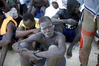 V Libyi obchodují s uprchlíky. Macron: Prodej do otroctví je zločin proti lidskosti