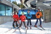První lyžování v Krkonoších přilákalo asi 2500 lidí: Sjezdovka se znovu otevře ve středu