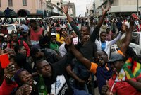 """""""To jsou slzy štěstí. Čekal jsem na to celý život."""" Pád Mugabeho slaví tisíce lidí"""