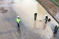Potopa na Barrandově: Prasklo potrubí, šest tisíc domácností je bez vody