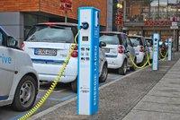 Prodej elektromobilů stoupá: Blíží se konec aut na benzín?
