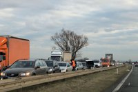 Šest aut se srazilo na dálnici D10 před Prahou: Řidiči stojí v koloně