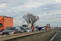 Na dálnici D10 couvali řidiči, aby se vyhnuli koloně. Čeká je pokuta