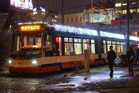 Vánoční tramvaje i retrobus vyjedou do ulic Prahy! Rozzáří je tisíce světel