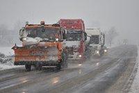 Pozor na kluzké silnice. Sněžení a vítr komplikují dopravu na řadě míst Česka