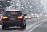 Závěje, sněhové jazyky a náledí: Jak po D1 i na hory dojet bez nehody?