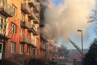 V hořícím bytě probudili strážníci spáče: Ohříval si jídlo a usnul! Málem navždy
