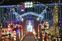 Dům plný vánočních dekorací poničili vandalové. Pak přišla nečekaná omluva
