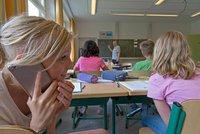 Ministr chce ve školách zakázat mobily. Učitelé ve Francii mají pochyby