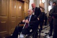 Senátor McCain musel do nemocnice. Léčba nádoru mozku má vedlejší účinky