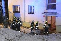 Nepříjemné probuzení: Obyvatele domu na Žižkově vyhnali hasiči. Hořelo v jednom z bytů