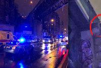 Muž hrozil, že skočí z železničního mostu na Žižkově: Po 2,5 hodinách ho odradil vyjednavač