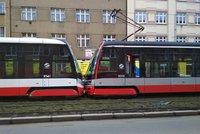 Zfetovaný tramvaják v Praze boural i s cestujícími: Napálil to do vozu před ním