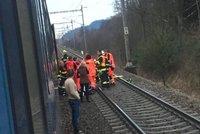 Hrůzná nehoda u Lanškrouna: Z vlaku vypadl mladý muž! Přišel o nohy