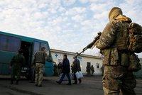 Zazněla palba, pak zemřel voják. Donbas opět bouří, prezident volá bezpečnostní radu