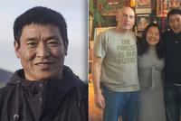 Vězněný tibetský filmař uprchl z Číny. V USA na něj čekala žena a děti