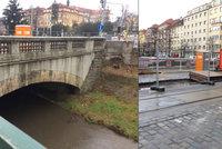 Oprava nejstaršího betonového mostu v Čechách stojí: Proč ho rozkopali a přestali?
