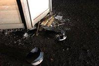 Výbuch v Průhonicích, tři zranění: V dřevěném stánku před vstupem do parku bouchla propanbutanová lahev