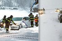 Řidiče na dálnici zasypal sníh, pomáhala armáda. Přívaly sněhu zasáhly i Španělsko