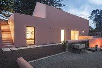 Domov v barvě zvýkačky ukrývá elegantní interiér plný slunce a dřeva
