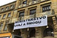 Ekoaktivisté protestují před ministerstvy. Šplhali s transparentem na balkon, zasáhla policie