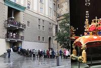 Fronty na Hradě: Návštěvníci stáli venku i hodinu, na klenoty čekali v mrazu, sněhu a dešti