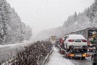 Na silnicích pozor na sníh a silný vítr. Na D1 jsou zase velké kolony