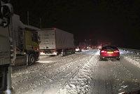 Sněhová vánice ochromila Skotsko. Stovky řidičů nocovaly v autech na dálnici