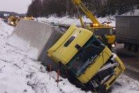 Na D1 zavřeli pruh kvůli kamionu. Na silnicích pozor na sníh a silný vítr
