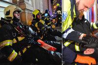 Dva zranění hasiči-hrdinové při požáru hotelu v Praze: Propadlo se pod nimi schodiště