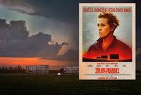 Tři billboardy kousek za Ebbingem mají pomoci s hledáním vraha, odhalují však mnohem víc