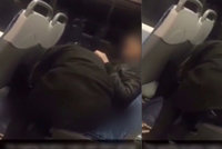 Pokouřeníčko v autobuse: Žena prováděla cestujícímu orální sex během jízdy v MHD