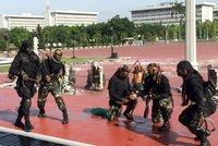 Vojáci pili hadí krev a procházeli ohněm. Ministrovi z USA předvedli nezvyklé kousky