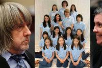Ochutnali vlastní medicínu: Šílené rodiče, kteří týrali 13 dětí, přivedli k soudu v poutech