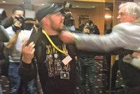 """""""Jdi do p*dele, ubožáku."""" Útok u Zemana řeší policie. Novinář si napadení nenechal líbit"""