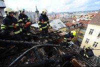 Hasiči zasahovali v centru Prahy. V podkrovním bytě vzplála digestoř, plameny zachvátily i střechu