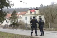 Squatteři obsadili opuštěnou usedlost Šatovka v Praze 6: Na místě je policie, dům monitoruje