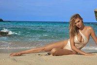 Sexy Kate Upton nafotila plavkovou kampaň nahoře bez a spláchla ji vlna z útesu