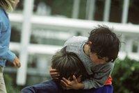 Dětský gang (7 až 9 let) přepadl děvčátko (10): Za větrovku ji shodili na zem a začali dítě bít