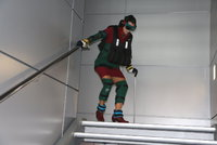 Mladí lékaři se změnili ve starce: Lékařka kvůli simulaci artrózy vrávorala na schodech